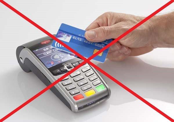 Photo d'un appareil à carte bleu barré. N'avancez pas les frais.